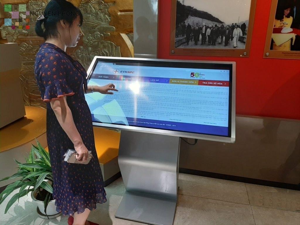 Màn hình LCD quảng cáo chân quỳ 43 inch với tính năng cảm ứng đa điểm